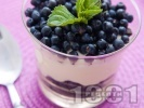 Рецепта Лесен ванилов крем десерт с извара, сирене маскарпоне, кондензирано мляко и пресни боровинки